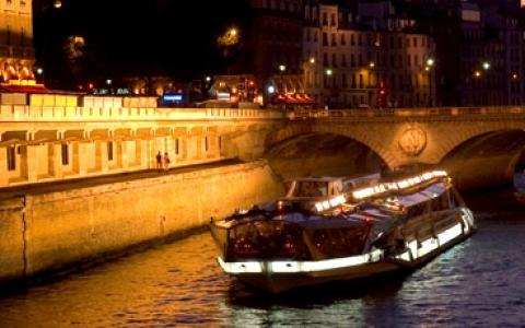 the bateaux mouches unforgettable dinner cruise for new year s eve in paris. Black Bedroom Furniture Sets. Home Design Ideas