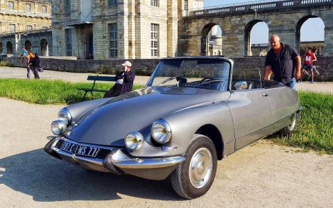 Get ready to cross Paris on a vintage car