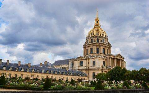 Visit the Army Museum and the Invalides monument